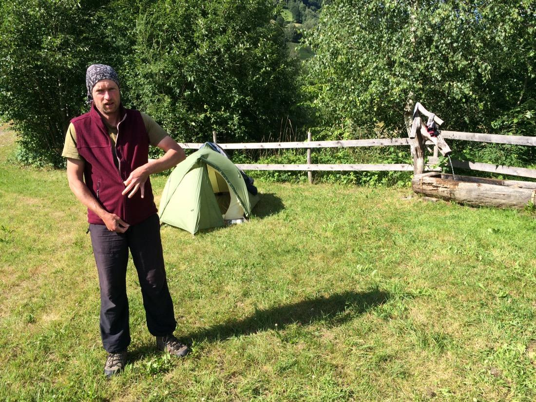 Zeltwiese mit Zelt, Brunnen und Irgendlink