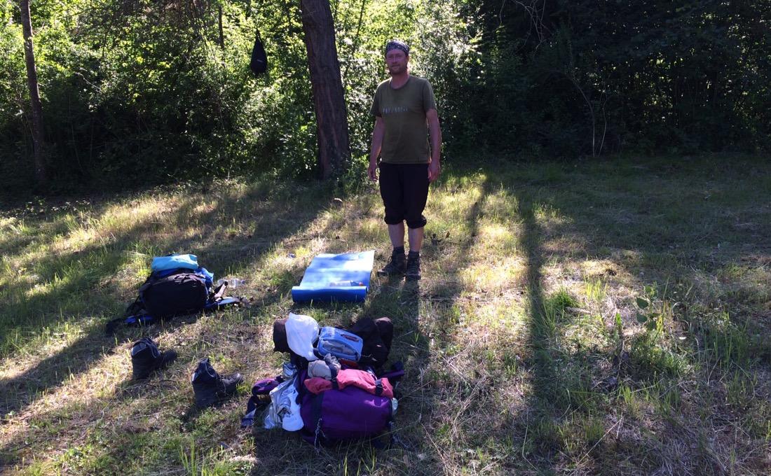 Das Lager, noch ohne Zelt, mit Irgendlink, noch ungeduscht.