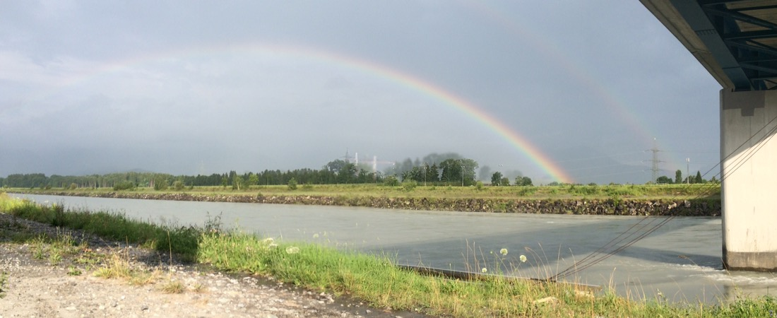Regenbogen unter Brücke